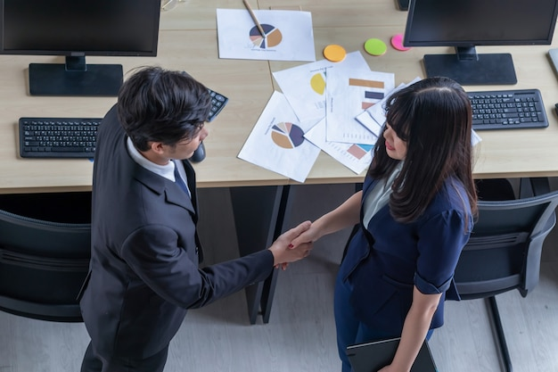Łączenie relacji biznesowych z młodymi kobietami