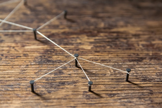 Łączenie sieci. symulator sieci, media społecznościowe, związane z przędzą białą na drewnie deski