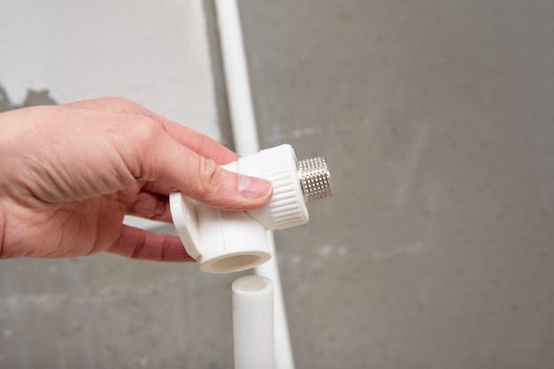 Łącznik rur hydraulicznych w dłoni. złączka rurowa z gwintem zewnętrznym