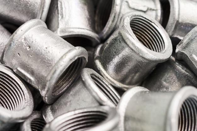 Łączniki łączące do rur metalowych.