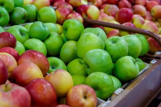 Lada lub witryna z owocami, zielonymi i czerwonymi jabłkami w sklepie