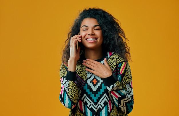 Ładna afro amerykańska kobieta odizolowywająca.