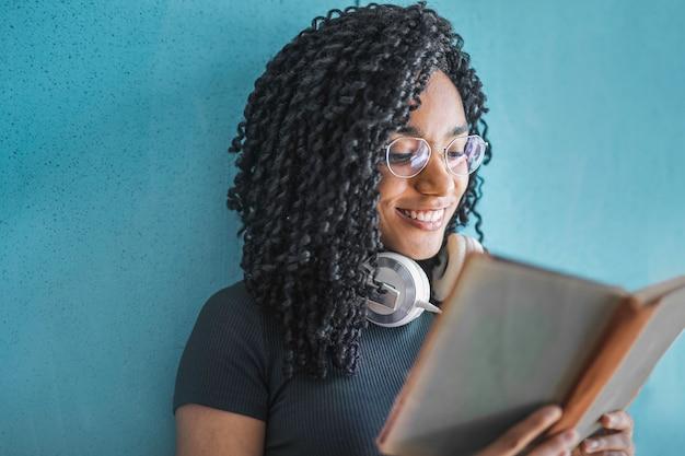 Ładna afro kobieta czytająca