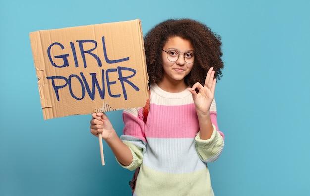 Ładna afro nastolatka koncepcja mocy dziewczyny