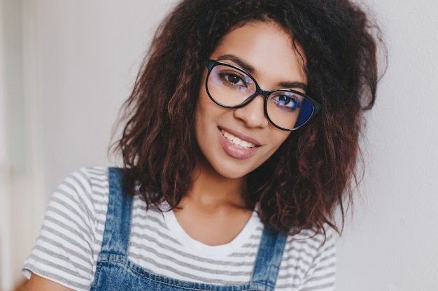 Ładna afrykańska dziewczyna ze stawianiem piękne kręcone włosy