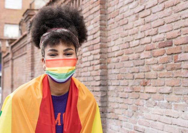 Ładna afrykańska kobieta z flagą dumy gejowskiej