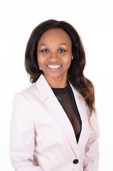 Ładna amerykanin afrykańskiego pochodzenia biznesowa kobieta w różowej kurtce
