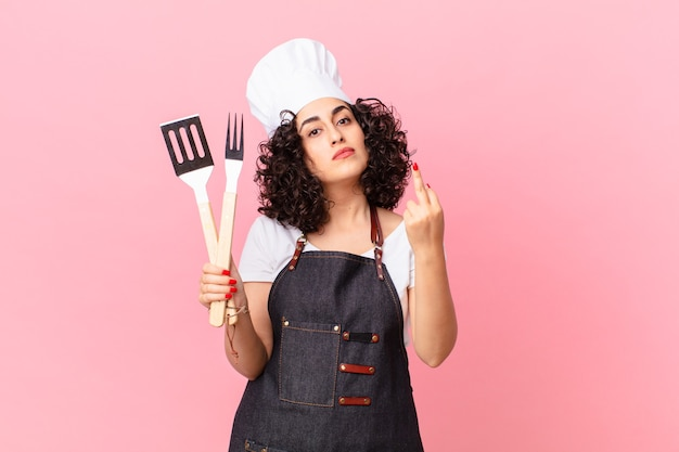 Ładna arabka czuje się zła, zirytowana, buntownicza i agresywna. koncepcja szefa kuchni grilla