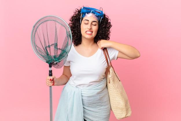 Ładna arabska kobieta czuje się zestresowana, niespokojna, zmęczona i sfrustrowana przez gogle. koncepcja rybaka