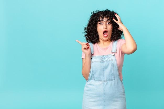 Ładna arabska kobieta krzycząca z rękami w górze