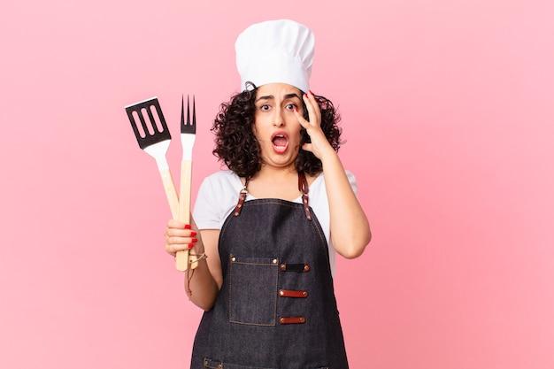 Ładna arabska kobieta krzyczy z rękami w powietrzu. koncepcja szefa kuchni grilla