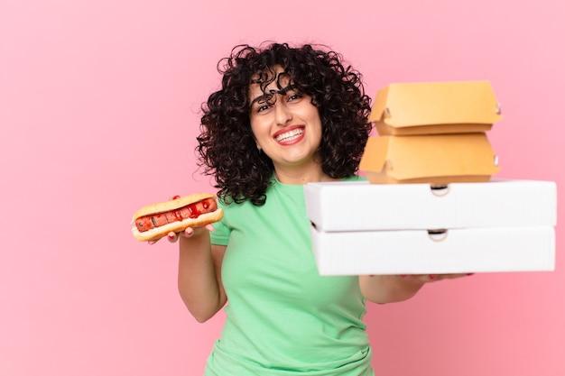 Ładna arabska kobieta z fast foodami na wynos
