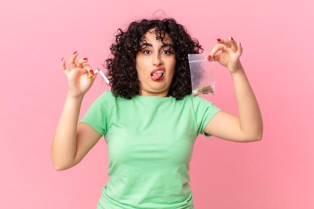 Ładna arabska kobieta z marihuaną. koncepcja palenia