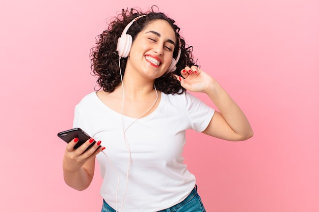 Ładna arabska kobieta ze słuchawkami.