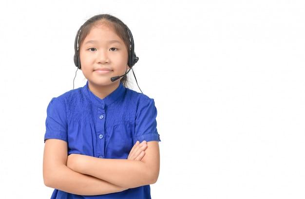 Ładna azjatka pracuje jako uśmiech operatora i ma na sobie słuchawki,