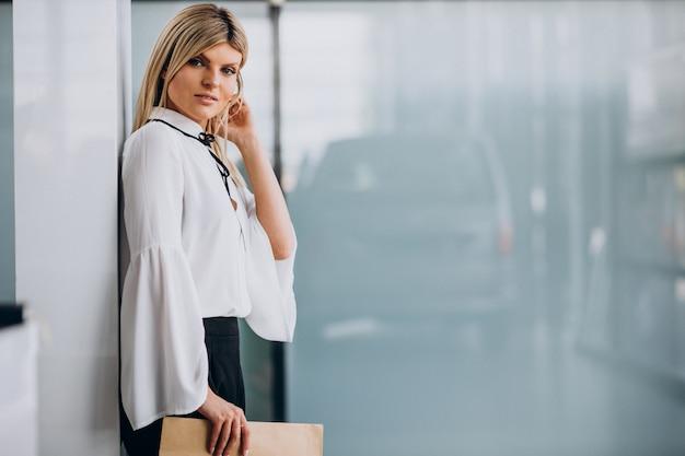 Ładna biznesowa kobieta trzyma folder