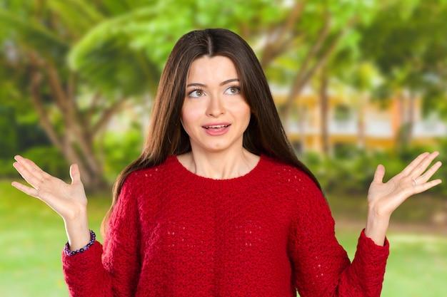 Ładna biznesowa kobieta trzyma jej ręki mówi, że ona nie wie