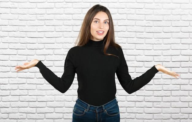 Ładna biznesowa kobieta trzyma jej ręki out mówi, że ona nie zna odosobnionego