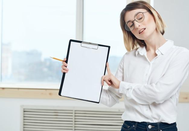 Ładna biznesowa kobieta w białej koszuli dokumenty biurowe profesjonalne