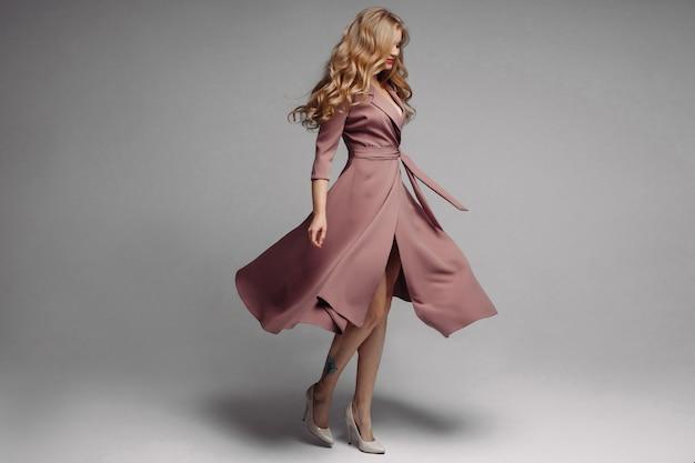 Ładna blond długa sukienka z atramentem i przędzenia