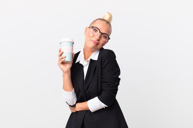 Ładna blond dorosła bizneswoman z kawą na wynos