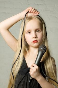Ładna blond dziewczyna z mikrofonem