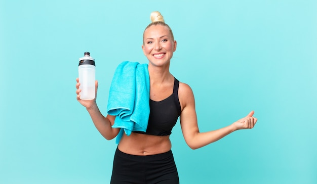Ładna blond kobieta czuje się w szoku, śmieje się i świętuje sukces. koncepcja fitness