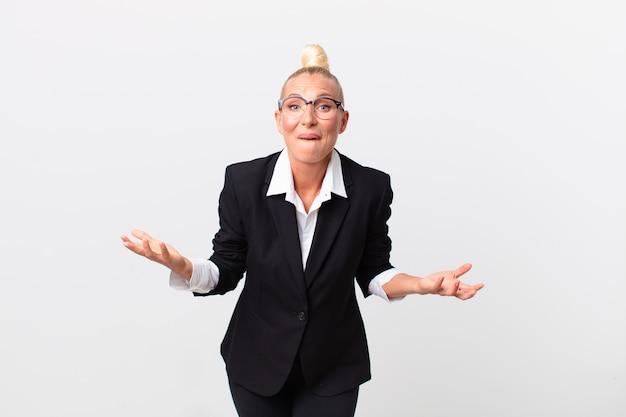 Ładna blond kobieta czuła się niezwykle zszokowana i zaskoczona. pomysł na biznes