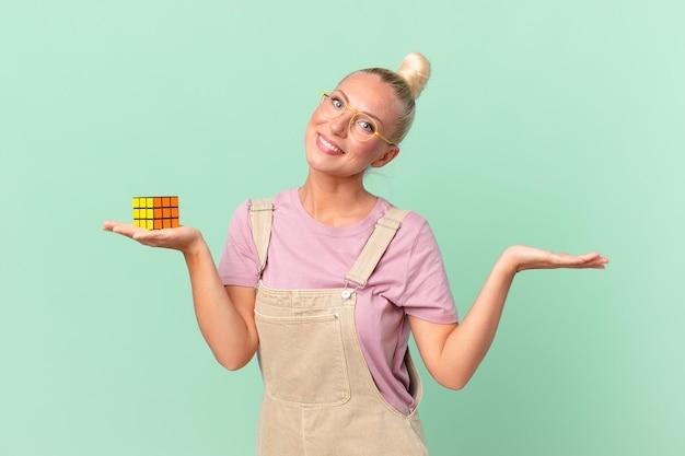 Ładna blond kobieta rozwiązująca problem z inteligencją