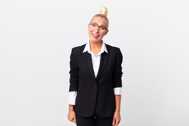 Ładna blond kobieta wygląda na szczęśliwą i mile zaskoczoną. pomysł na biznes