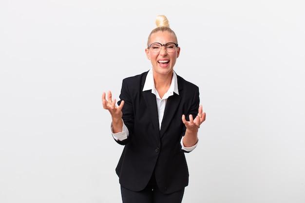 Ładna blond kobieta wygląda na zdesperowaną, sfrustrowaną i zestresowaną. pomysł na biznes