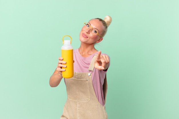Ładna blond kobieta z kawowym termosem