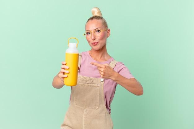 Ładna Blond Kobieta Z Kawowym Termosem Premium Zdjęcia
