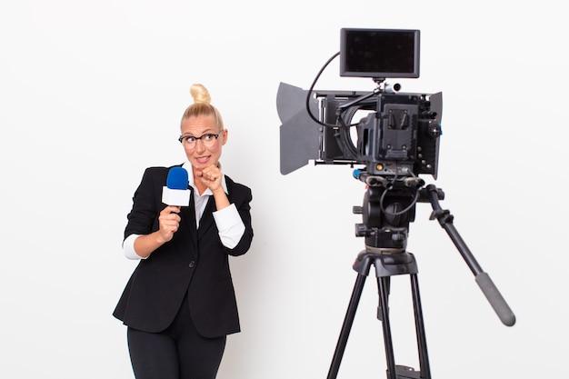 Ładna blond prezenterka telewizyjna