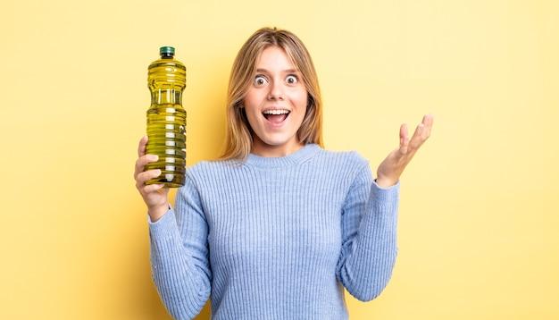 Ładna blondynka czuje się bardzo zszokowana i zaskoczona. koncepcja oliwy z oliwek