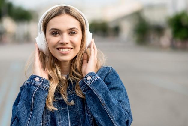 Ładna blondynka na sobie słuchawki
