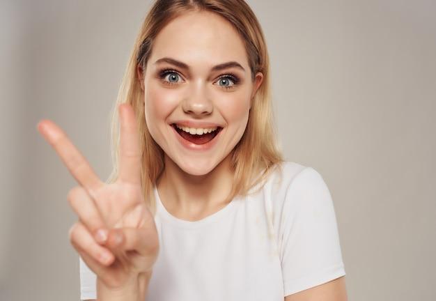 Ładna blondynka w zbliżenie jasny makijaż t-shirt. zdjęcie wysokiej jakości