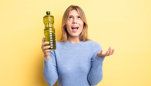 Ładna blondynka wyglądająca na zdesperowaną, sfrustrowaną i zestresowaną. koncepcja oliwy z oliwek