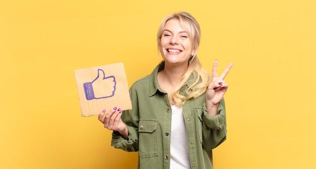Ładna blondynka z mediami społecznościowymi