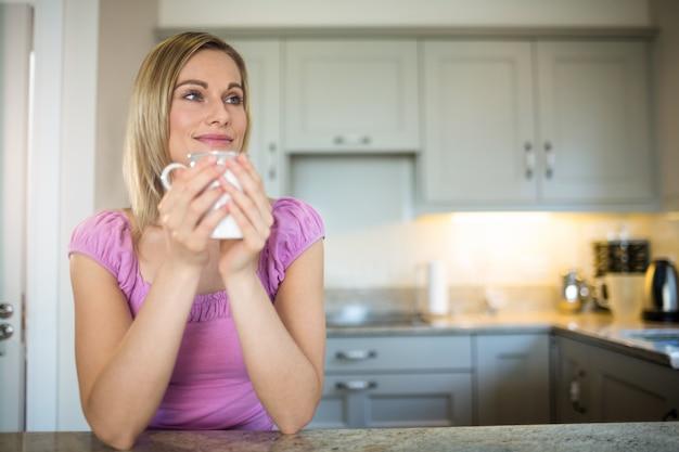 Ładna blondynki kobieta ma kawę