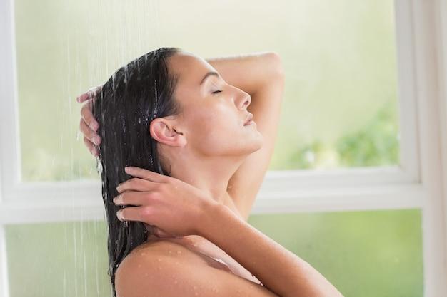 Ładna brunetka bierze prysznic
