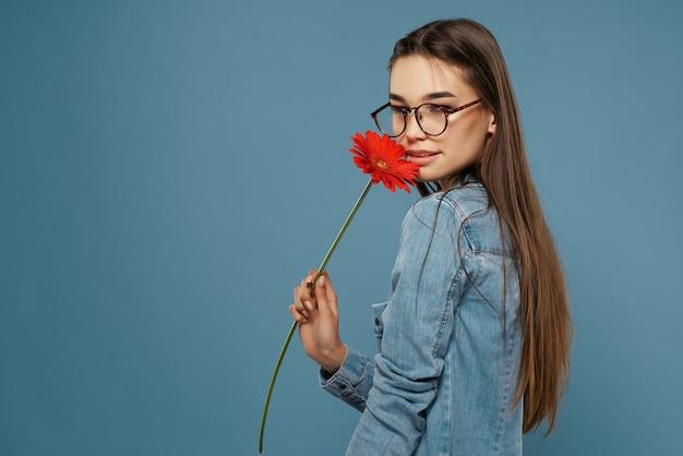 Ładna brunetka czerwony kwiat pozowanie glamour romans miłość
