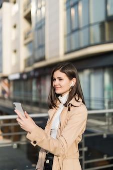 Ładna brunetka ma połączenie wideo za pomocą słuchawek bezprzewodowych