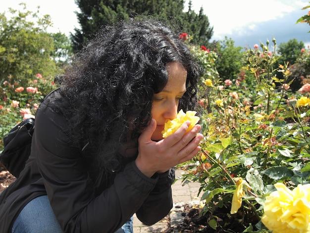 Ładna brunetka pachnąca różami