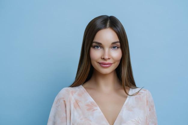 Ładna Brunetka Rasy Białej O Pięknych Włosach I Naturalnym Kolorze, Nosi Modny Strój Premium Zdjęcia
