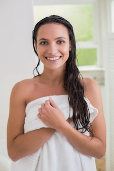 Ładna brunetka trzyma jej kąpielowego ręcznika