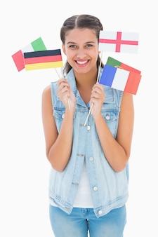 Ładna brunetka trzyma różnorodne europejskie flaga