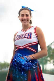 Ładna cheerleaderka w uroczym mundurze