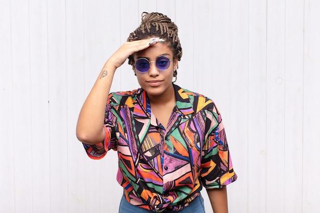 Ładna czarna kobieta z okularami przeciwsłonecznymi