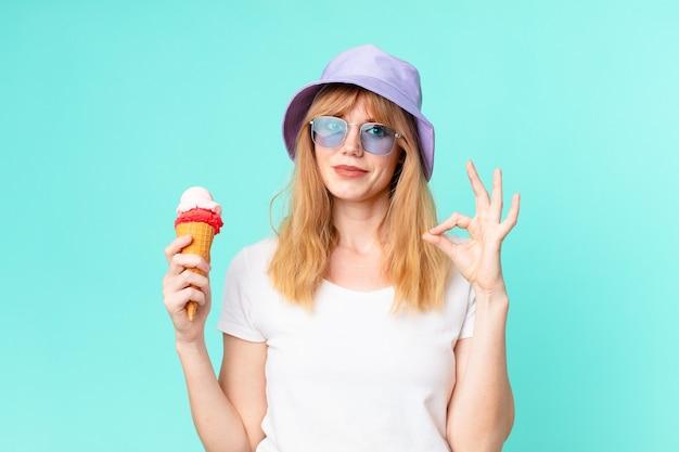 Ładna czerwona głowa kobieta i lody. koncepcja lato
